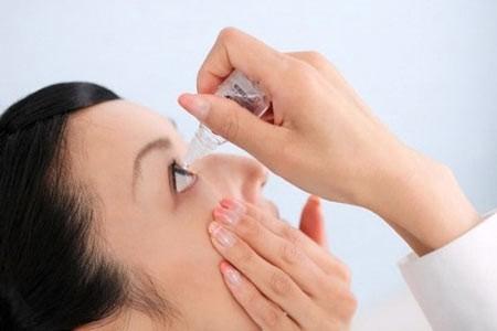 Việc thường xuyên dùng thuốc nhỏ mắt sẽ giúp loại bỏ bụi bẩn cho mắt