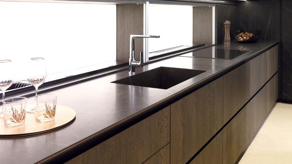 Mặt bàn bếp màu đen